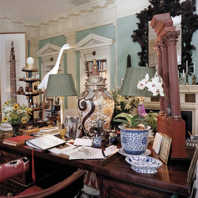 Резная деревянная птица, найденная в местной лавке старьевщика и вазы 18-го века эпохи Людовика XVI, на рабочем столе Ричардсона. Франсуа Halard