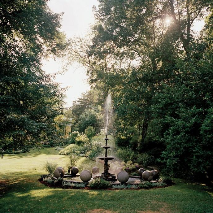 Чугунный фонтан, окруженный гранитными шарами из кромлеха в графстве Кент, штат Коннектикут. Франсуа Halard