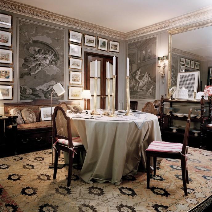 В столовой, панели с вручную расписанными обоями, наряду с акварелями изображающими сцены благородного семейства. Франсуа Halard