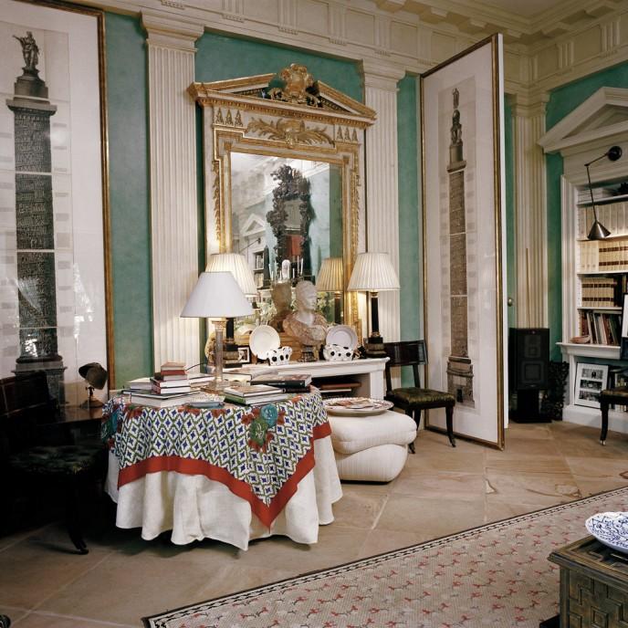 В библиотеке. Два рисунка Пиранези на дверях по бокам зеркала 19-го века, выполненного в манере Уильяма Кента и стол, накрытый в скатертью с принтом Лизы Корти от Джона Дериана. Франсуа Halard