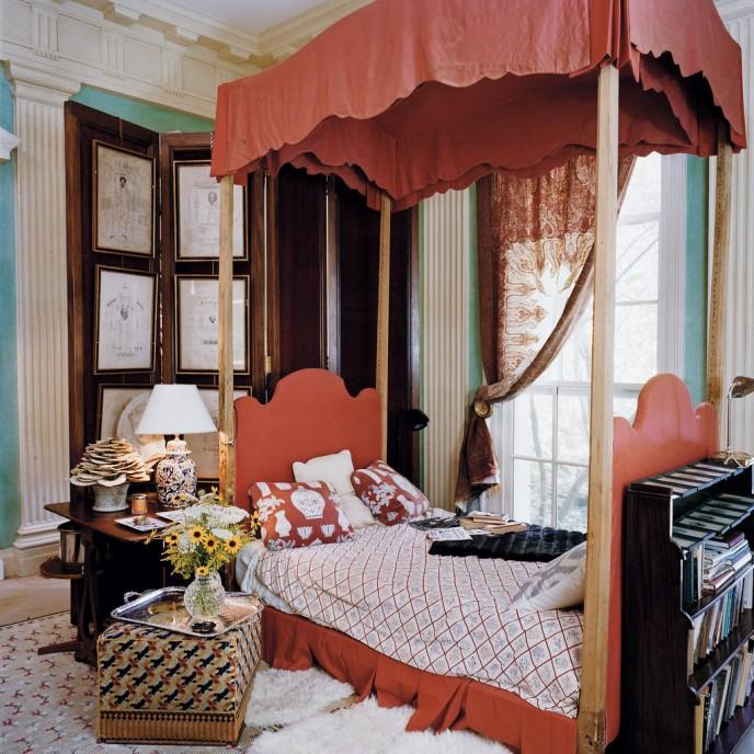 В той же комнате, Кашемировый балдахин над окном и кроватью Ричардсона, которая несет на себе отпечаток Версаля. Франсуа Halard